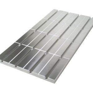 jako płyta EPS/styropianowa wraz z naklejonymi aluminiowymi płytami dystrybucji ciepła. Płyty aluminiowe zapewniają równomierny rozkład ciepła na powierzchni podłogi. Jeżeli materiał wykończenia podłogi na to pozwala – odpowiednia grubość i wytrzymałość