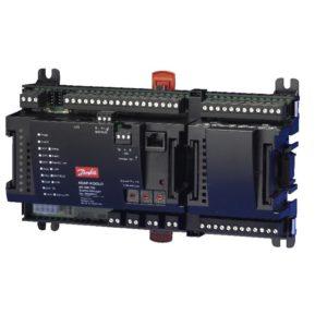 rejestracji parametrów w rozproszonym systemie chłodniczym. AK-SM 720 zarządza nawet 400 sterownikami poprzez protokół komunikacyjny LON RS485 lub MOD-BUS. Możliwy jest bezprzewodowy dostęp poprzez modem lub sieć IP. Program do obsługi sterownika: AK-ST lub EM 100.